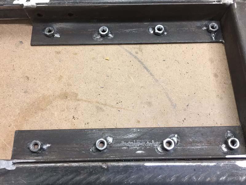 Крепим металлический уголок к столу