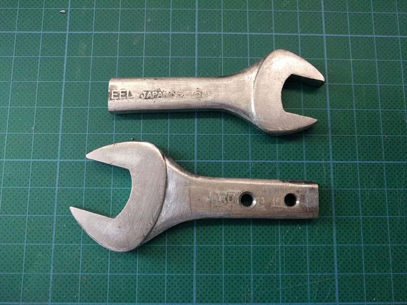 Две половинки распиленного гаечного ключа