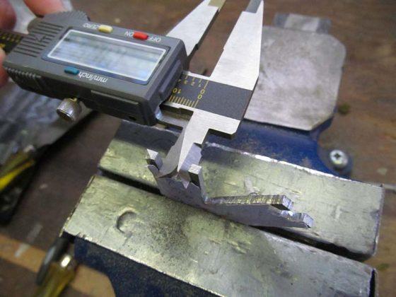 Измеряем заготовку для мультитула штангельциркулем
