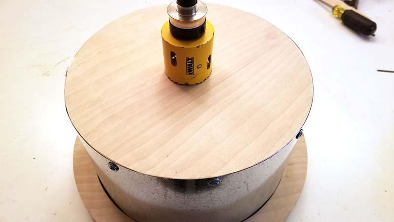 Сверление отверстия в деревянной крышке