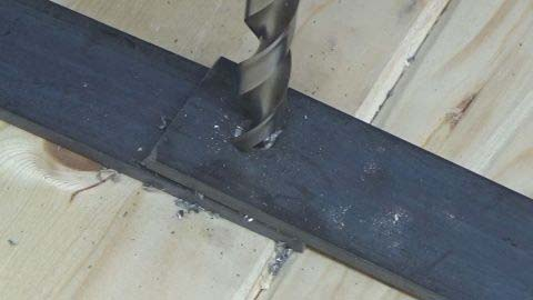 Сверление металлической пластины