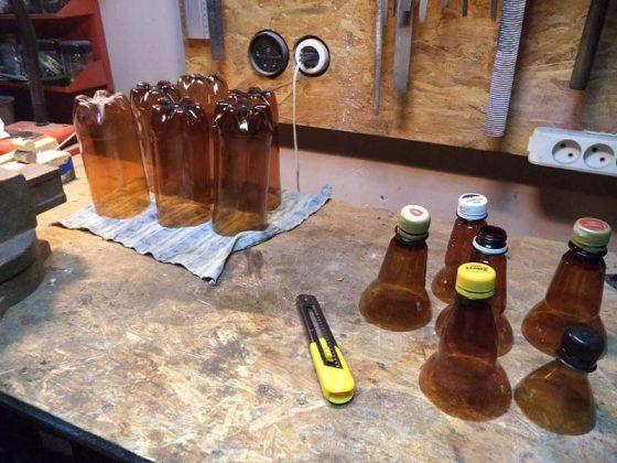 Нарезаем пустые пластиковые бутылки