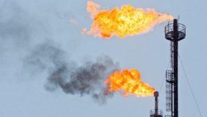 Газовые факелы на нефтяной буровой. Фото
